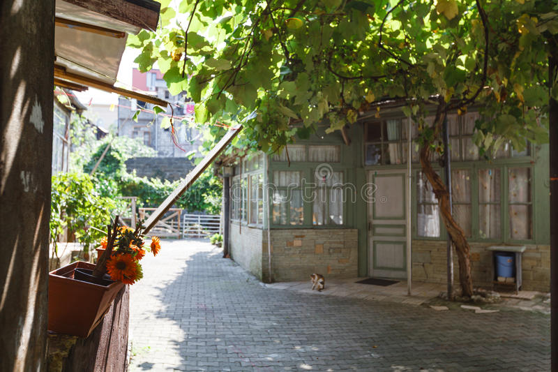 Typisches altes georgisches Yard in Tiflis-Stadt georgia lizenzfreies stockbild