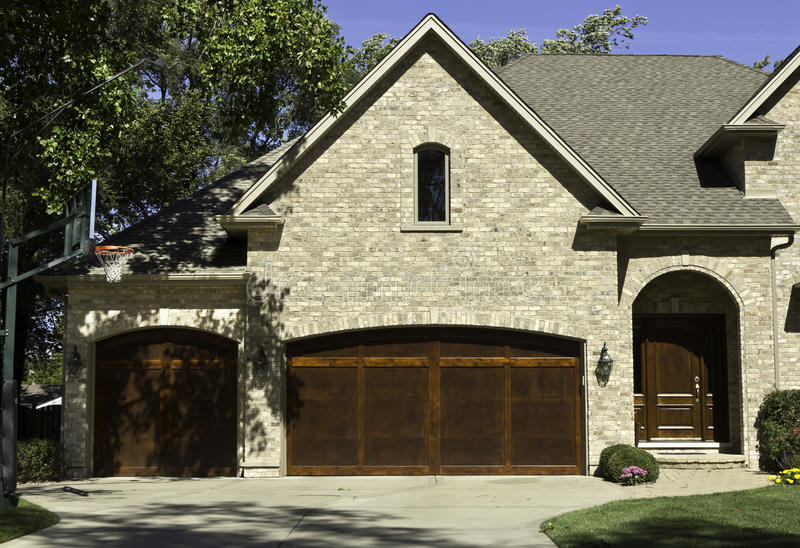 typisches amerikanisches haus mit der garage mit zwei t ren stockfoto bild von blatt himmel. Black Bedroom Furniture Sets. Home Design Ideas