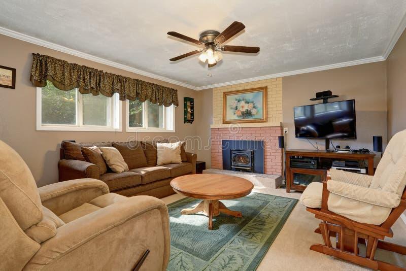 typisches amerikanisches wohnzimmer mit brauner couch und kamin stockbild bild 74957013. Black Bedroom Furniture Sets. Home Design Ideas