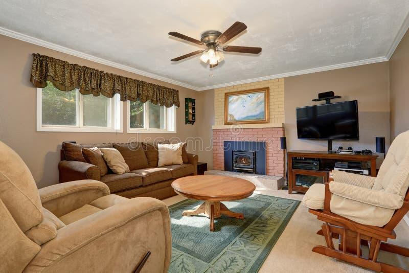 Typisches Amerikanisches Wohnzimmer Mit Brauner Couch Und Kamin