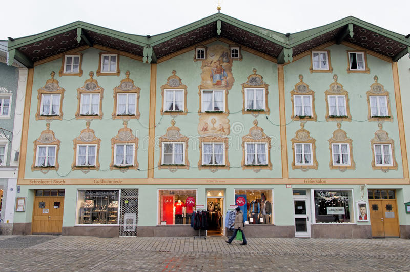 Typisches bayerisches Haus in schlechtem Tolz lizenzfreies stockbild