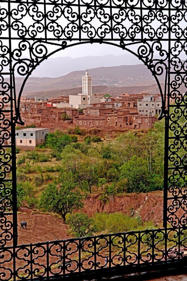 Typisches Berberdorf der Atlasberge in Marokko lizenzfreie stockfotos