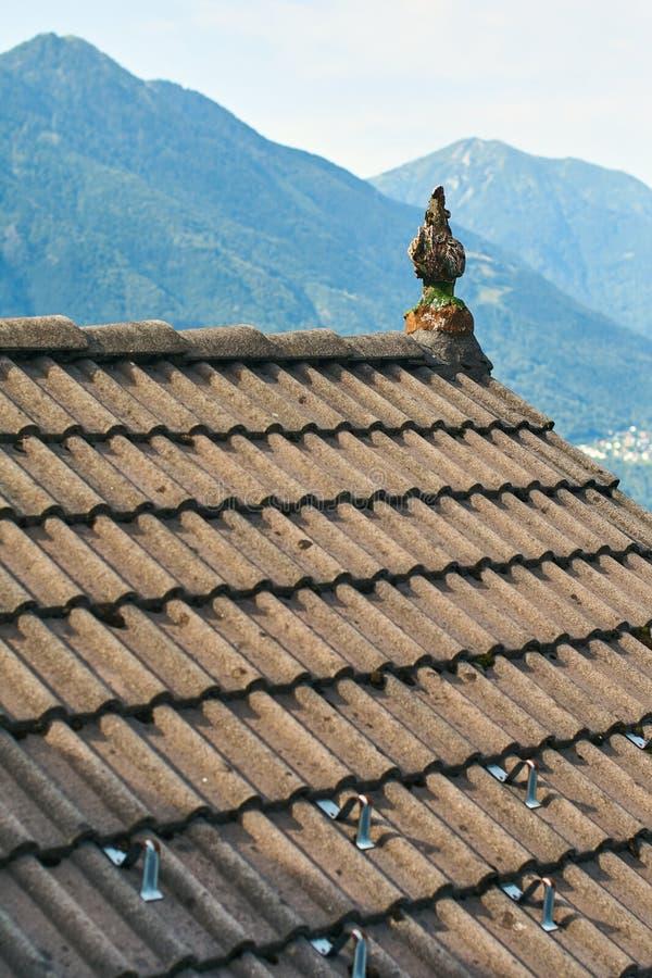 Typisches Dach eines traditionellen ländlichen Schweizer Hauses stockfotografie