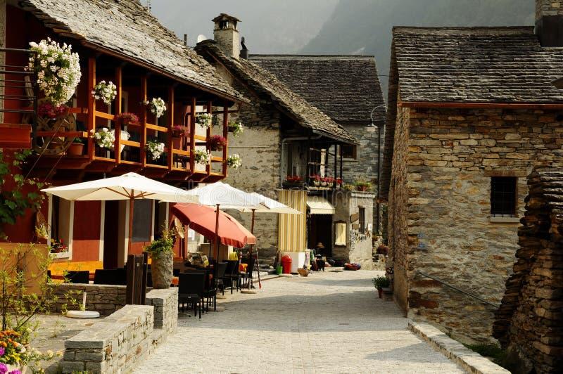 Typisches Dorf in den Schweizer Alpen lizenzfreie stockfotos