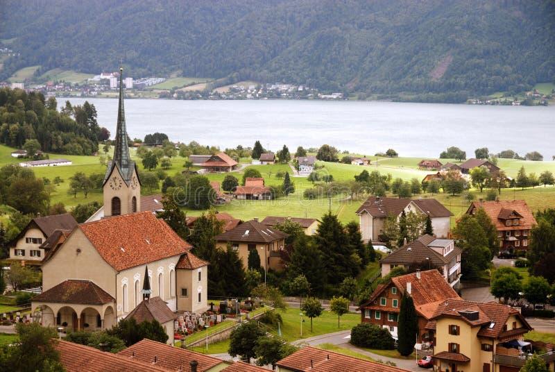 Typisches Dorf in der Schweiz stockbilder