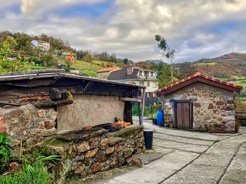 Typisches Dorf im ländlichen Gebiet von Asturien, Spanien lizenzfreie stockbilder