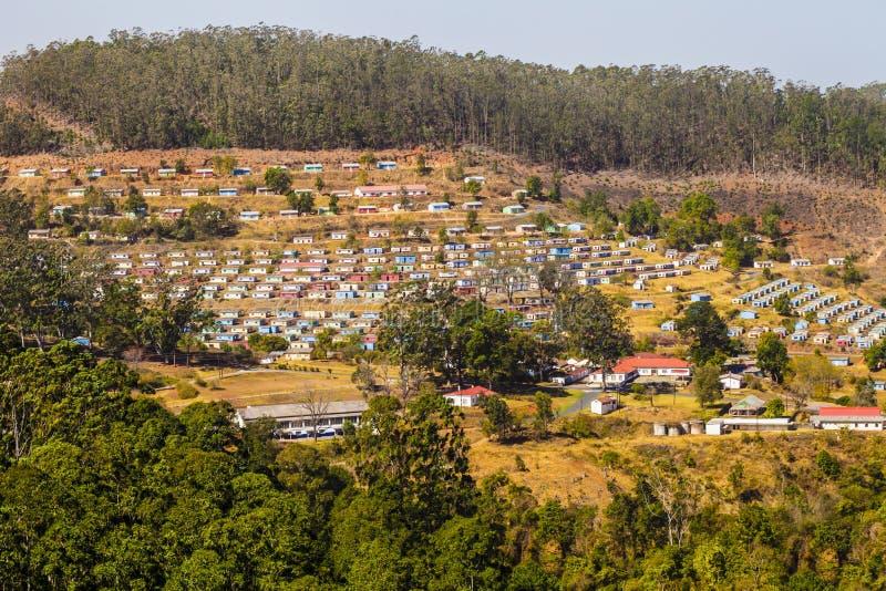 Typisches Dorf mit den bunten Häusern vereinbart in der geometrischen Art, Swasiland, Südafrika stockbilder