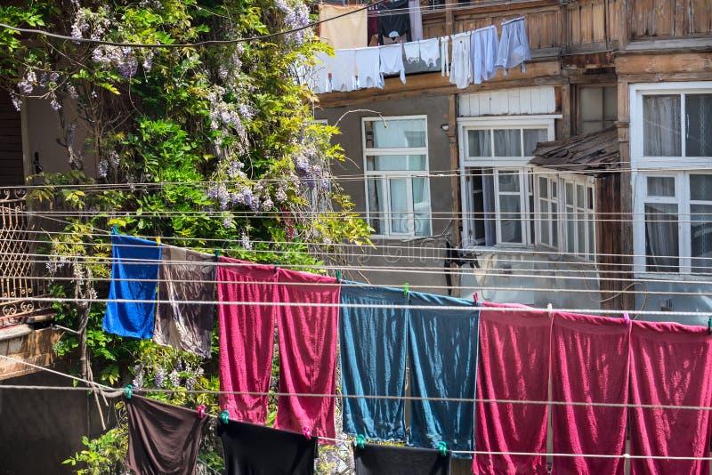 Typisches georgisches Yard des alten traditionellen Holzhauses mit Blumen, Kleidung und Leinentrockner auf den Seilen, Tiflis lizenzfreie stockbilder