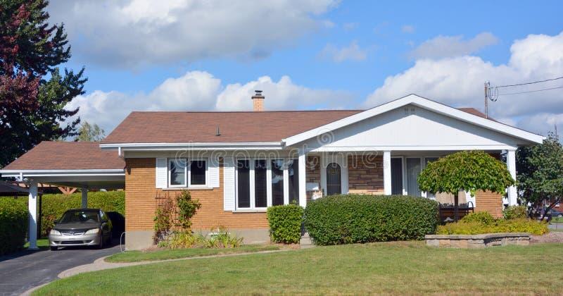 Typisches Haus des Bungalows 70s stockbilder