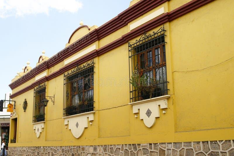 Typisches helles mexikanisches Haus stockfotografie