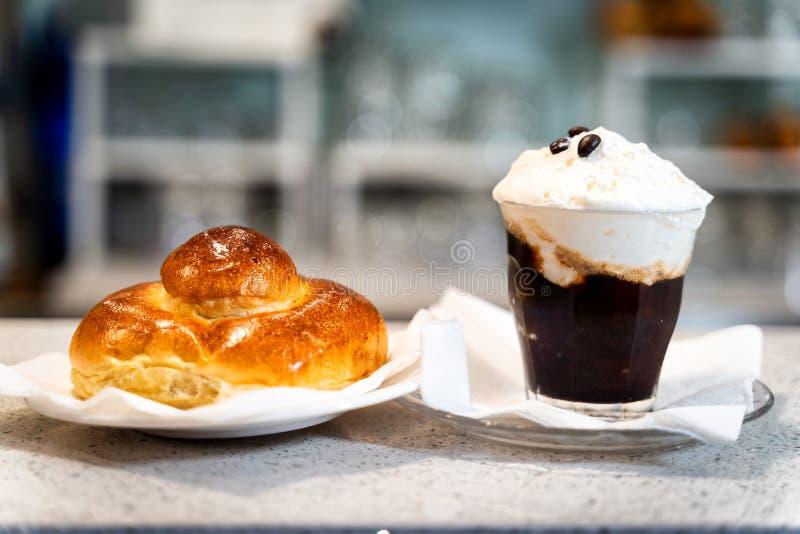 Typisches Kaffee granita mit Sahne lizenzfreies stockfoto