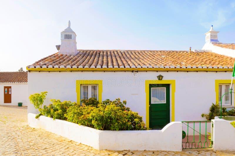Typisches kleines weißes und gelbes Haus, Reise Portugal, Algarve lizenzfreies stockfoto