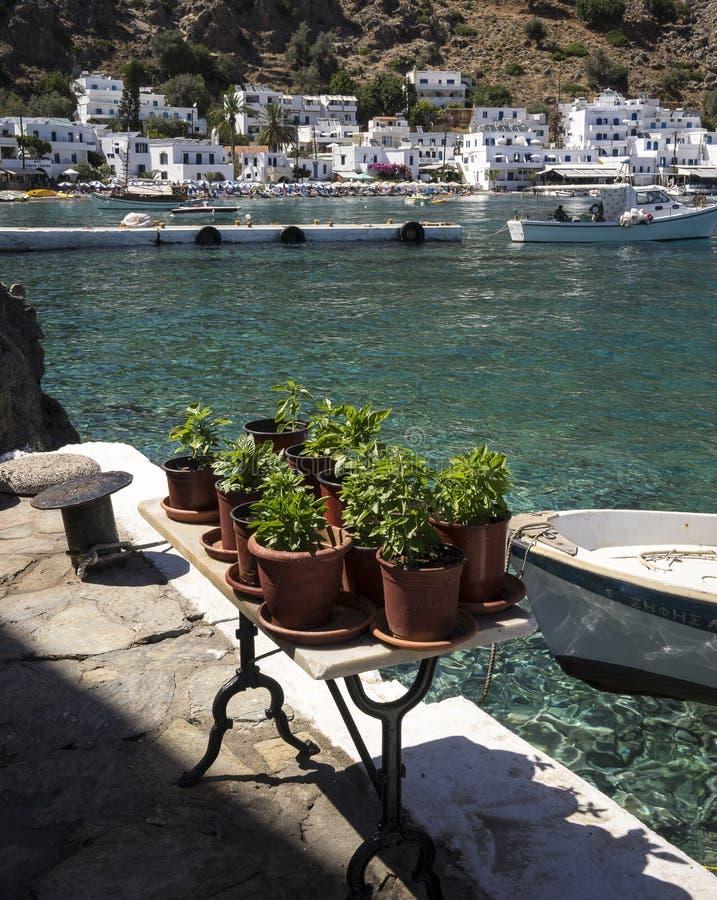 Typisches kretisches Dorf auf dem Meer stockbilder
