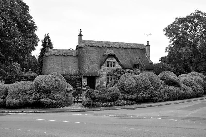Typisches mit Stroh gedecktes Cotsworld-Haus innerhalb des Cotswold-Bezirkes von Gloucest lizenzfreie stockfotos