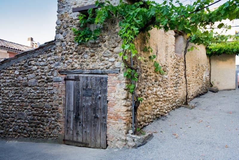 Typisches mittelalterliches Haus Provence mit Steinwand und Trauben draußen stockfotos