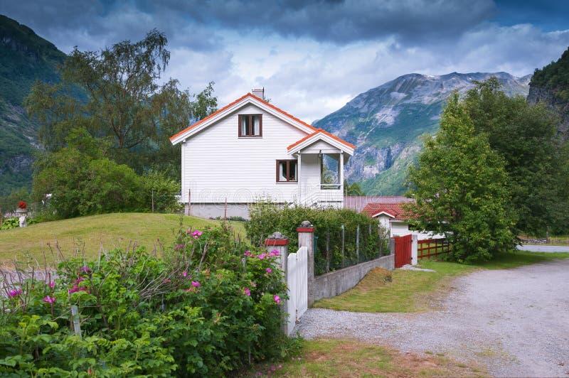 Typisches norwegisches Häuschen in Geiranger norwegen stockbild