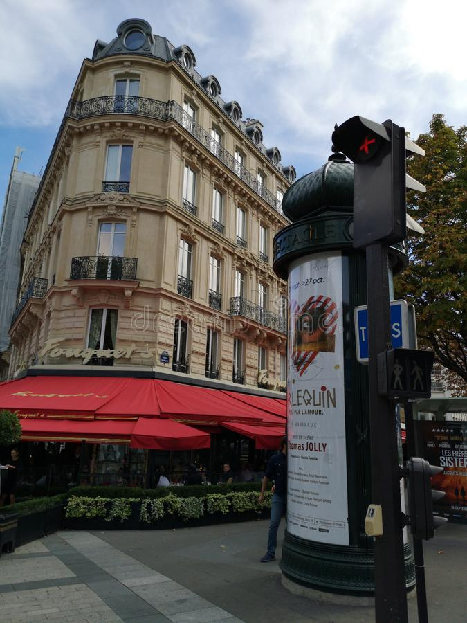 Typisches Paris-Straßenansichtgebäude Ampel und Werbung des roten Lichtes lizenzfreie stockfotos