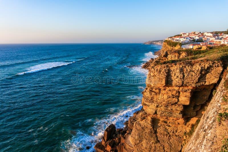 Typisches portugiesisches Dorf Azenhas tun Mrz auf Ozeanklippen bei Sonnenuntergang lizenzfreie stockfotografie