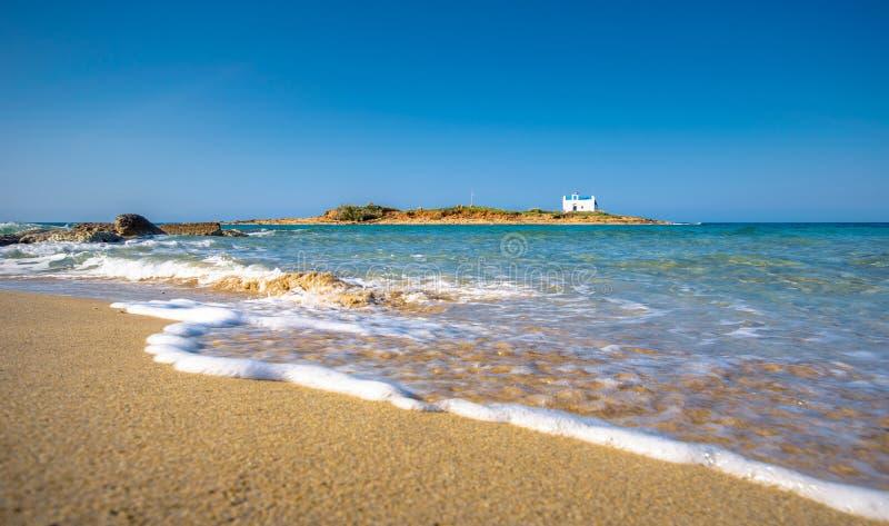 Typisches Sommerbild einer erstaunlichen bildhaften Ansicht eines sandigen Strandes und der alten weißen Kirche in einem kleinen  stockbild