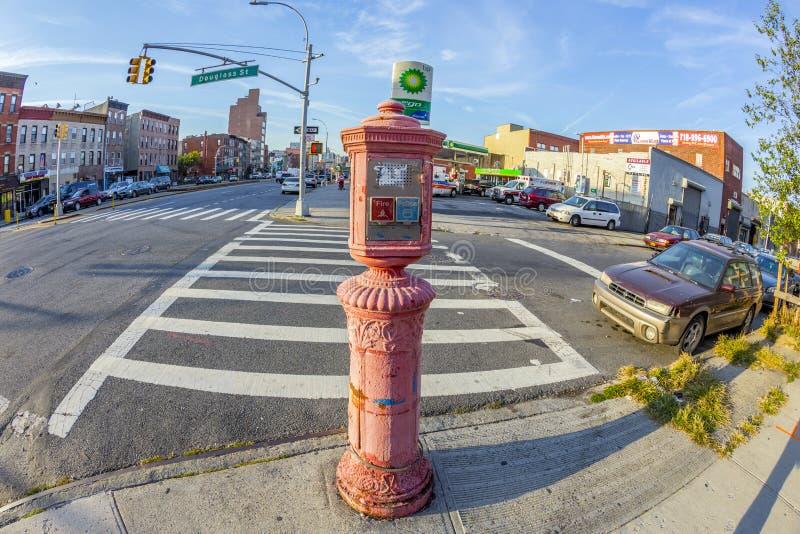 Typisches Straßenbild mit Notruftelefon am frühen Morgen lizenzfreies stockbild