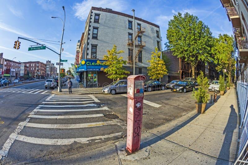 Typisches Straßenbild mit Notruftelefon am frühen Morgen lizenzfreies stockfoto