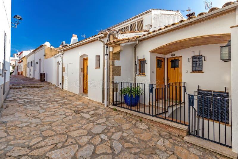 Typisches Straßendetail in einem kleinen Dorf Calella-De Palafrugell Costa Brava, Spanien stockbild