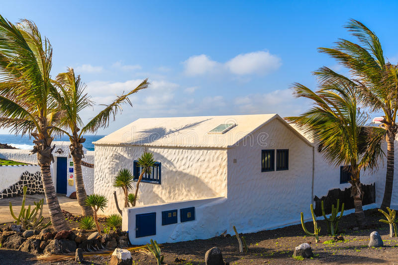 Typisches weißes Haus und Palmen stockfotos
