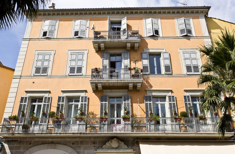 Typisk arkitektur av Grasse i sydliga Frankrike arkivbild