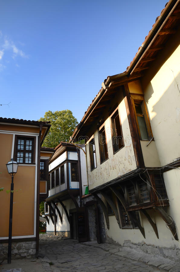 Typisk arkitektur, historiska medeltida hus, gammal stadsgatasikt med färgrika byggnader i Plovdiv, Bulgarien royaltyfria bilder