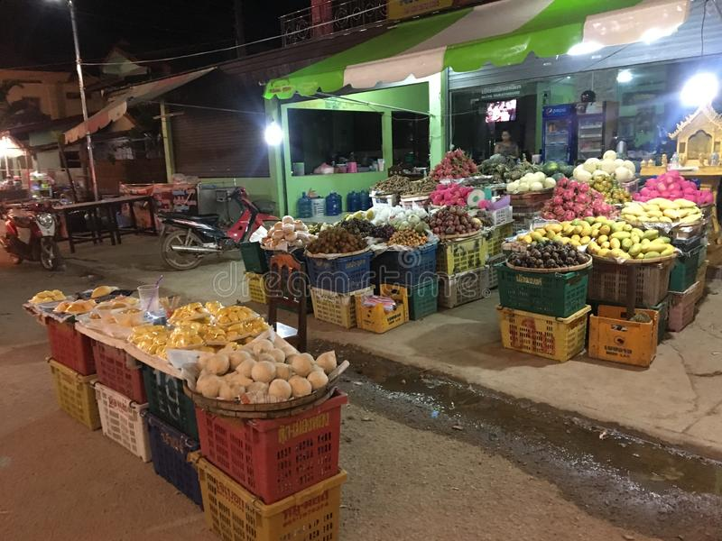 Typisk asiatisk nattmarknad med läckra frukter arkivbild