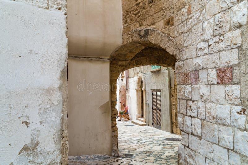 Typisk bakgata av den gamla italienska byn royaltyfria foton