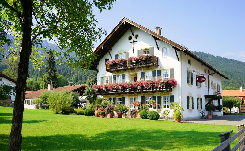Typisk bayerskt hotell i Oberamergau, hem av passionleken arkivbilder
