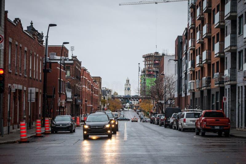 Typisk bostads- norr - amerikansk gata med typisk trafik för för tegelstenboendebyggnader & bil Synligt Atwater marknadstorn royaltyfri foto
