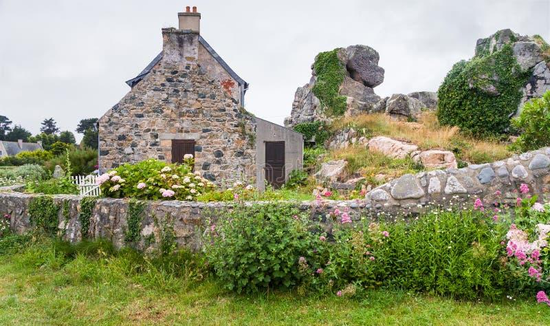typisk Breton hus med trädgården i Plougrescant arkivfoton