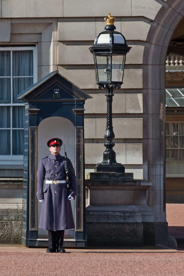 Typisk britt beväpnad vakt fotografering för bildbyråer