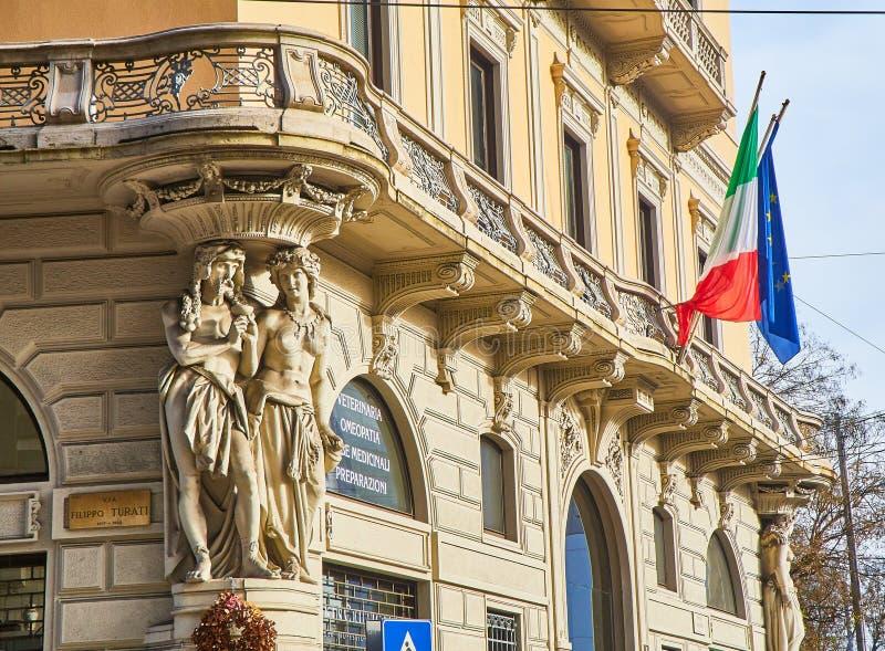 Typisk byggnad av Milan, Italien royaltyfri fotografi