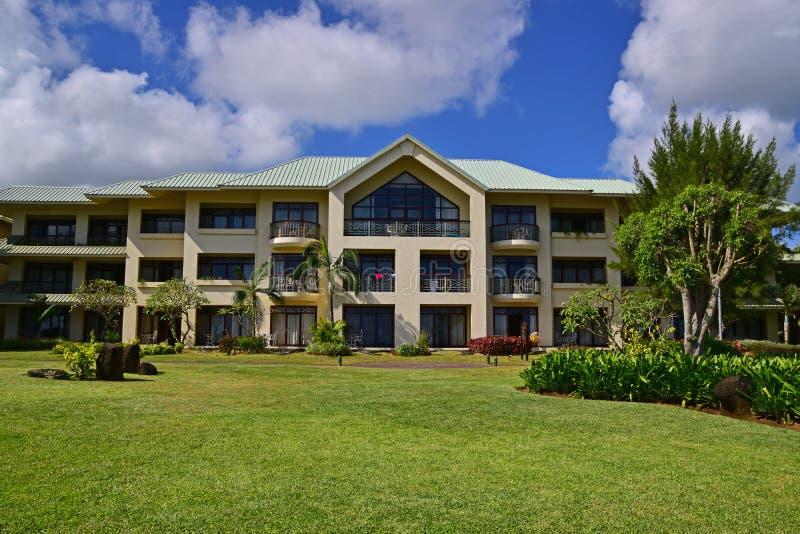 Typisk byggnad för strandsemesterort med seaview och en trevlig trädgård arkivbild