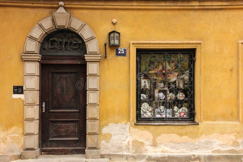 Typisk dörr och fönster i den gammala townen. Warsaw. Polen royaltyfria bilder