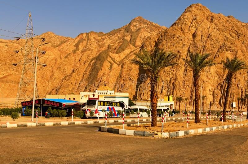Typisk egyptisk bensinstation på vägen från Sharm el Sheikh till Dahab Favorit- vila ställe för turister från turist- bussar royaltyfri foto