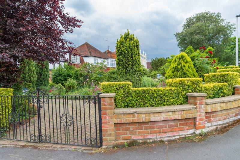 Typisk engelskahus med en trädgård royaltyfri foto