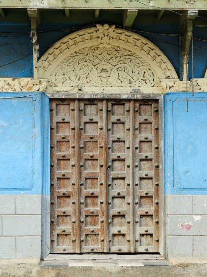 Typisk exempel av en arkitektonisk stil i Stonetown på Zanzibar royaltyfria bilder