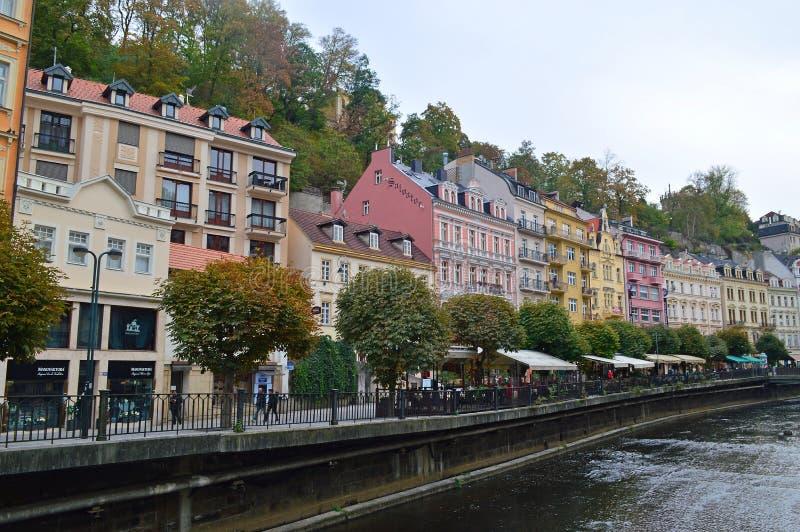 Typisk färgglad terrassbyggnad på floden Tepla i Karlovy varierar Tjeckien arkivfoton