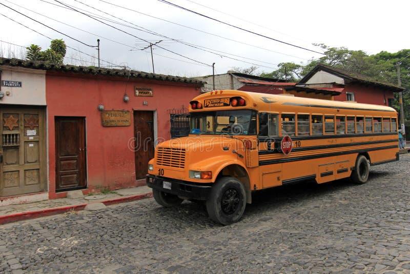 Typisk färgrik guatemalanhönabuss i Antigua, Guatemala royaltyfria bilder