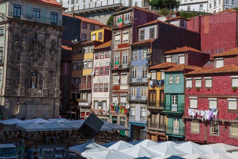 Typisk färgrik portugisisk arkitektur: TegelplattaAzulejos fasad w royaltyfria bilder