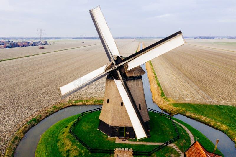 Typisk forntida holländsk väderkvarn med fält från över royaltyfri bild