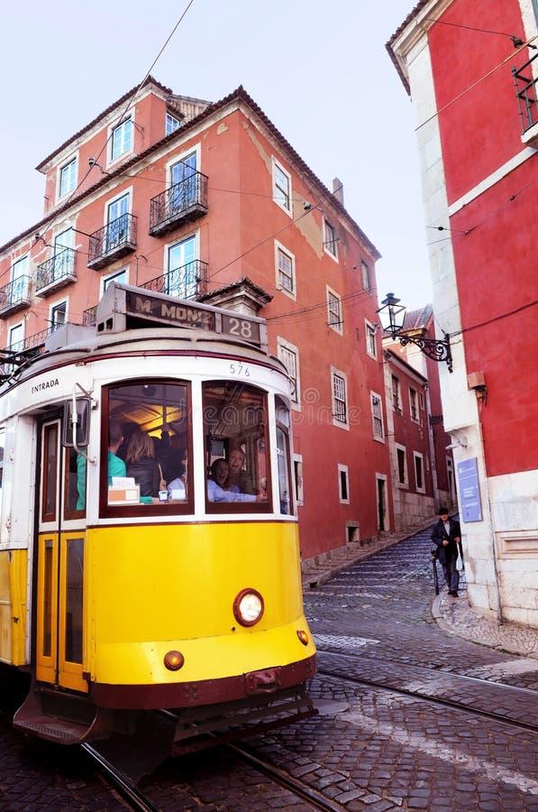 Rutt 28: Lisbons typisk gul spårvagn arkivbild