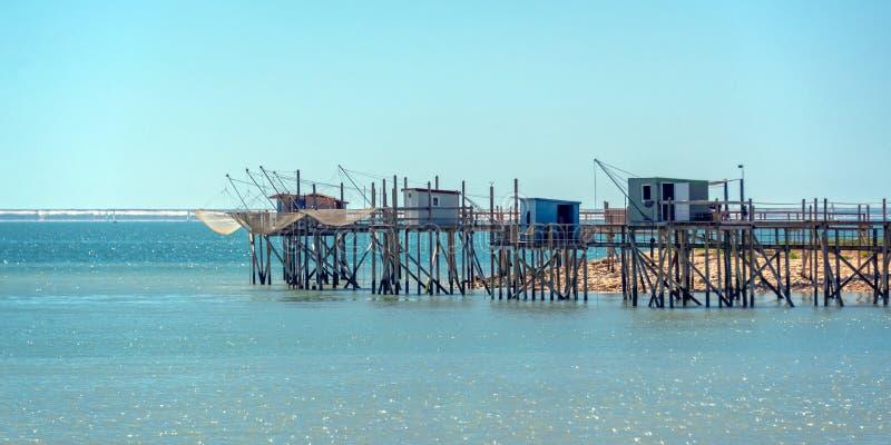 Typisk gammalt trä som fiskar kojor på styltor i Atlanticet Ocean nära La Rochelle, Frankrike royaltyfria foton