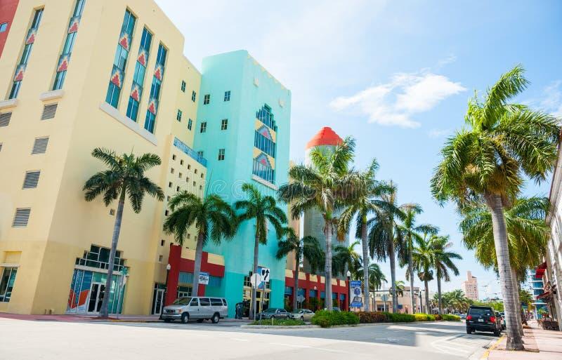 Typisk gata för Miami retro byggnadsacroos på skuggig sida arkivfoton