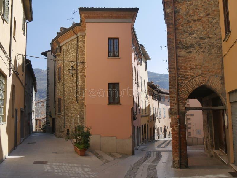 Typisk gata i Bobbio royaltyfria foton