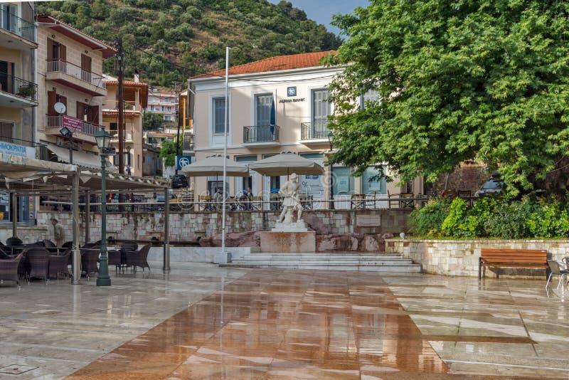 Typisk gata i den Nafpaktos staden, västra Grekland fotografering för bildbyråer